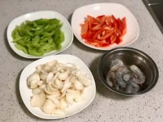 西芹百合炒虾仁,健康绿色低脂的美味,准备好食材,西芹切斜刀段,百合掰成小瓣, 将新鲜大虾提前剥皮去虾线,或直接用解冻好虾仁,红椒切丝,葱蒜切丝。