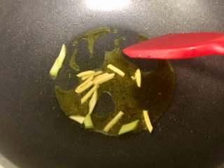 西芹百合炒虾仁,健康绿色低脂的美味,热锅放入适量食油用,放入葱蒜丝爆香;