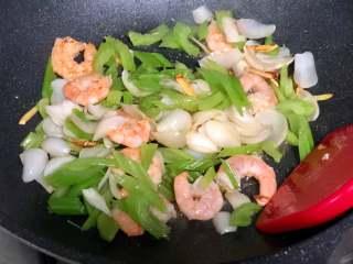西芹百合炒虾仁,健康绿色低脂的美味,加入芹菜和百合一起翻炒;