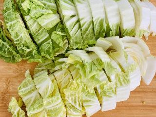 大白菜炖粉条,白菜切成2厘米宽的块。