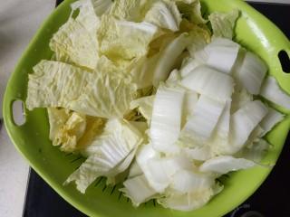 大白菜炖粉条,切成自己想要的大小。菜叶菜梗分开