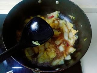 大白菜炖粉条,根据自己口味再加入适量盐,翻拌均匀