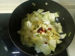 大白菜炖粉条,加入蚝油翻炒均匀