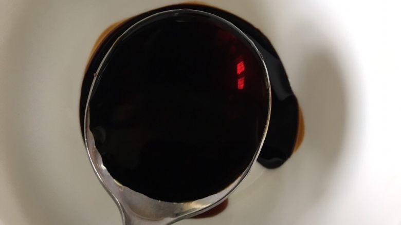大白菜炖粉条,准备一个调料汁碗,加入一勺<a style='color:red;display:inline-block;' href='/shicai/ 762'>老抽</a>,两勺<a style='color:red;display:inline-block;' href='/shicai/ 788'>生抽</a>
