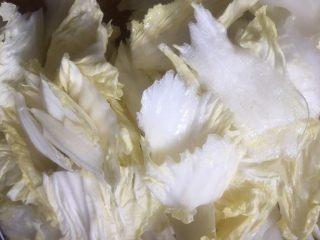 大白菜炖粉条,白菜切斜片