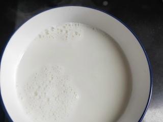水果双皮奶🍒,从锅中倒出碗放凉备用