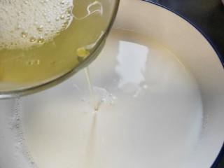 水果双皮奶🍒,把搅拌后的蛋清,倒入刚刚放凉备用的牛奶里
