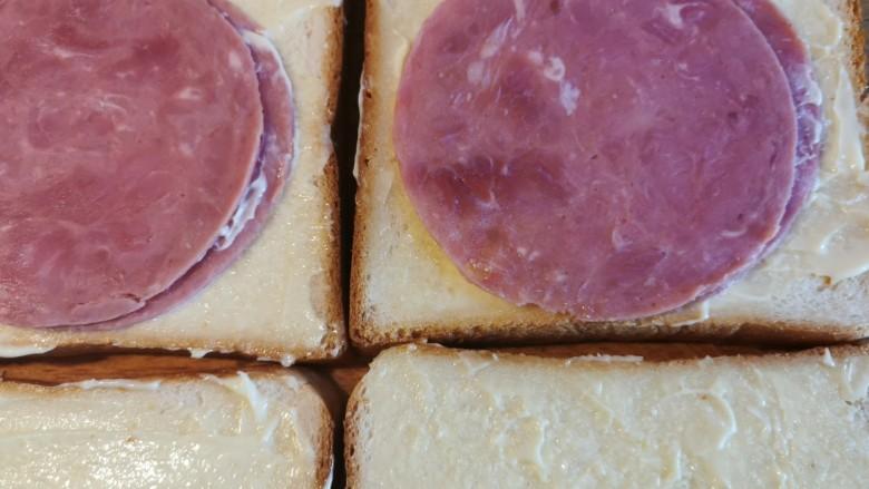超快手三明治~十分钟就能搞定,再贴两片火腿片