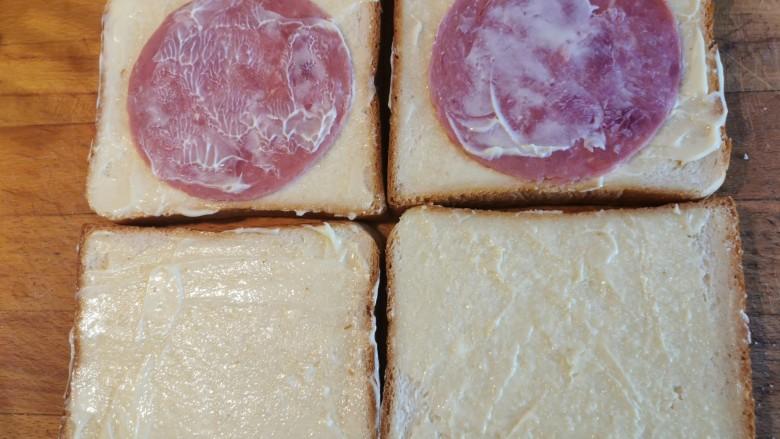 超快手三明治~十分钟就能搞定,抹一层沙拉酱