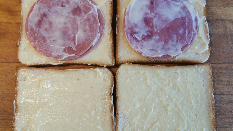 超快手三明治~十分钟就能搞定,再抹一层沙拉酱