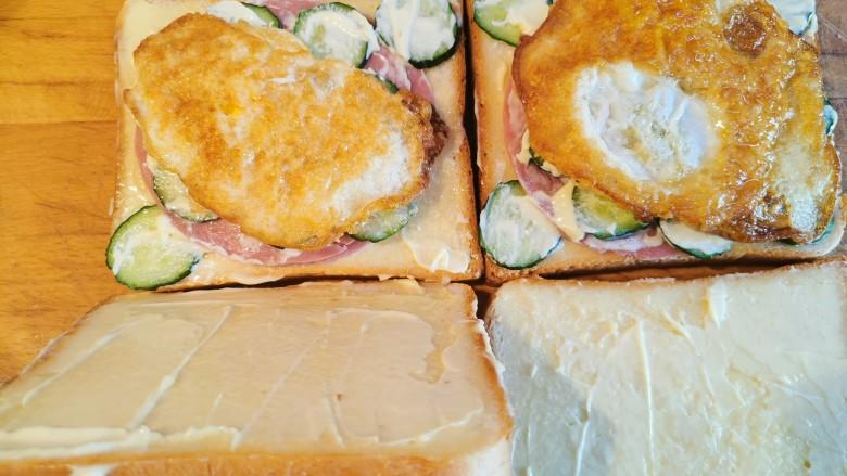 超快手三明治~十分钟就能搞定,两片吐司盖在铺满食材的吐司上面
