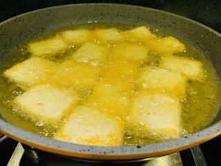 油菜豆腐,豆腐转中小火,捞青菜时边煎豆腐,两面金黄即可;