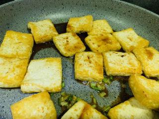 油菜豆腐,倒入炸好的豆腐,并倒入调好的料汁;
