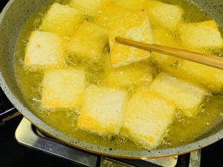 油菜豆腐,一面金黄时,翻另一面炸;