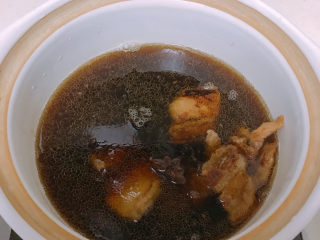 大白菜炖粉条,然后转移到砂锅并倒入适量开水盖上盖子中火炖。