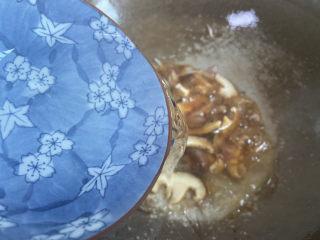 大白菜炖粉条,加入足够的热水