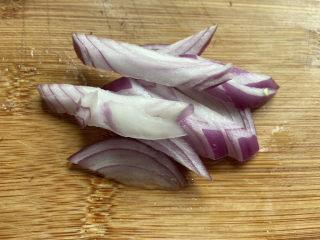 大白菜炖粉条,洋葱洗净切段