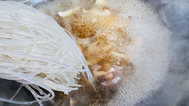 大白菜炖粉条,放入粉条炖五分钟