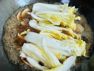 大白菜炖粉条,放入大白菜炖五分钟