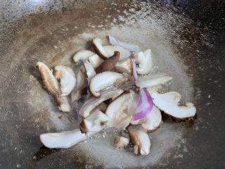 大白菜炖粉条,放入香菇翻炒片刻