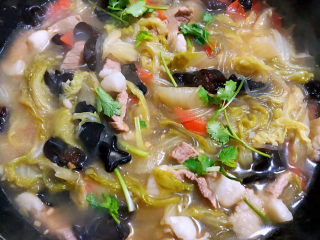 大白菜炖粉条,放入盐和味精调味均匀最后撒上香菜提鲜