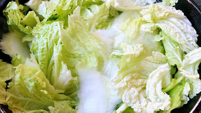大白菜炖粉条,放入大白菜大火快速翻炒