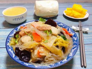 大白菜炖粉条,大白菜炖粉条装入容器中搭配馒头、玉米粥、水果就是标配的早餐