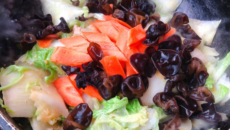 大白菜炖粉条,放入木耳和胡萝卜翻炒均匀