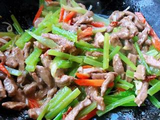 干煸牛肉絲,放入鹽和味精調味均勻即可出鍋享用