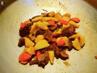 冬筍炒牛肉,放入牛肉  因為牛肉是熟的  翻拌均勻即可