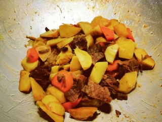 冬筍炒牛肉,出鍋前撒上一點點雞粉  翻炒均勻 關火