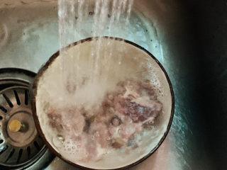 干煸牛肉絲,解凍好的牛肉,用水沖洗干凈;