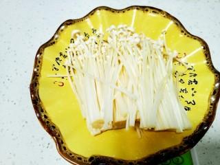 上海青炒金針菇,金針菇去根洗凈