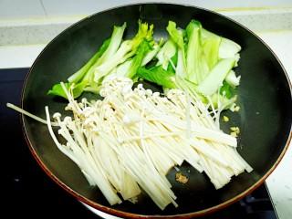上海青炒金針菇,放入金針菇