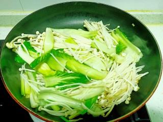 上海青炒金針菇,翻炒均勻