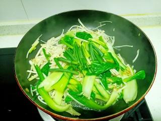 上海青炒金針菇,炒至斷生,放入蒜苗葉