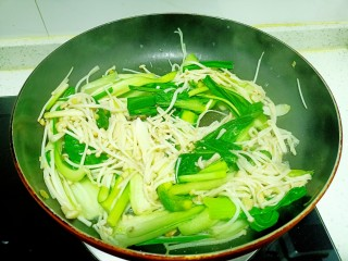 上海青炒金針菇,加入鹽和雞精