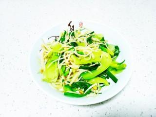 上海青炒金針菇,盛入盤中