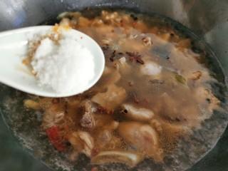 红焖羊肉土豆,加入少许盐和糖。盖上锅盖小火焖煮约40分钟左右至羊肉软烂。