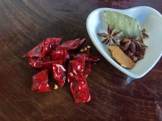 红焖羊肉土豆,二荆条干辣椒切成小段,用清水把花椒、八角、桂皮、香叶冲洗一下。
