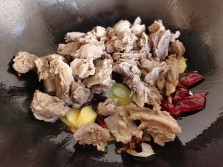 红焖羊肉土豆,倒入焯水后清洗干净的羊肉。