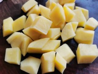 红焖羊肉土豆,土豆去皮,切成土豆块。