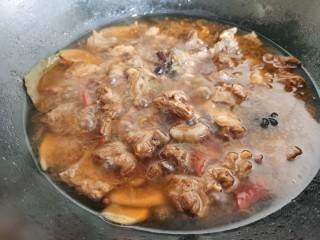 红焖羊肉土豆,加入莫过羊肉的热水,大火烧开。