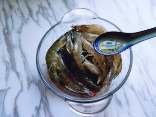 白灼大虾,放入器具中,加入2小勺料酒。