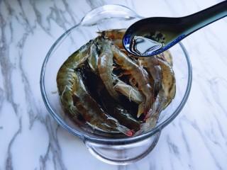 白灼大虾,淋上1小勺生抽,搅拌均匀。
