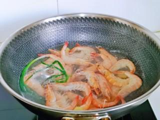 白灼大虾,水开后下入虾,大火煮至虾变色。