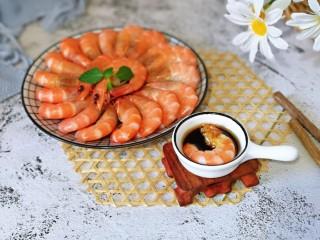 白灼大虾,去掉虾皮,虾头,蘸上酱料,美味不用等。