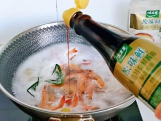 白灼大虾,再倒入一小勺酱油,关火出锅。