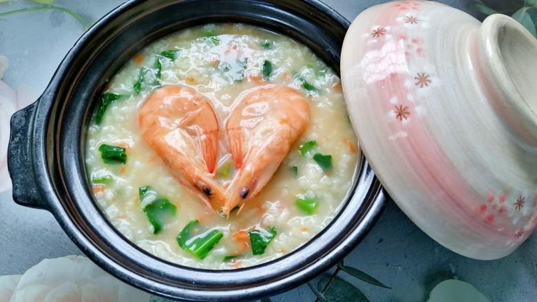 鲜虾砂锅粥,煮至粥浓稠即可关火