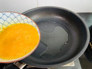 黄瓜木耳炒鸡蛋,倒入鸡蛋液